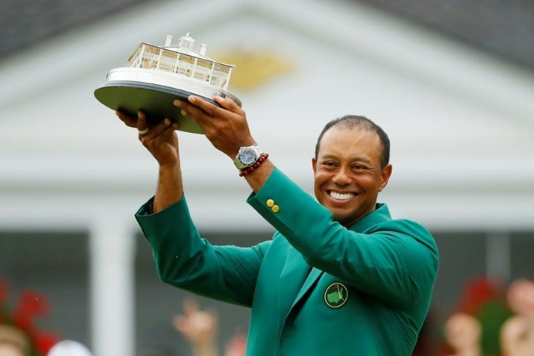 Tiger Woods remporte son cinquième Masters d'Augusta.
