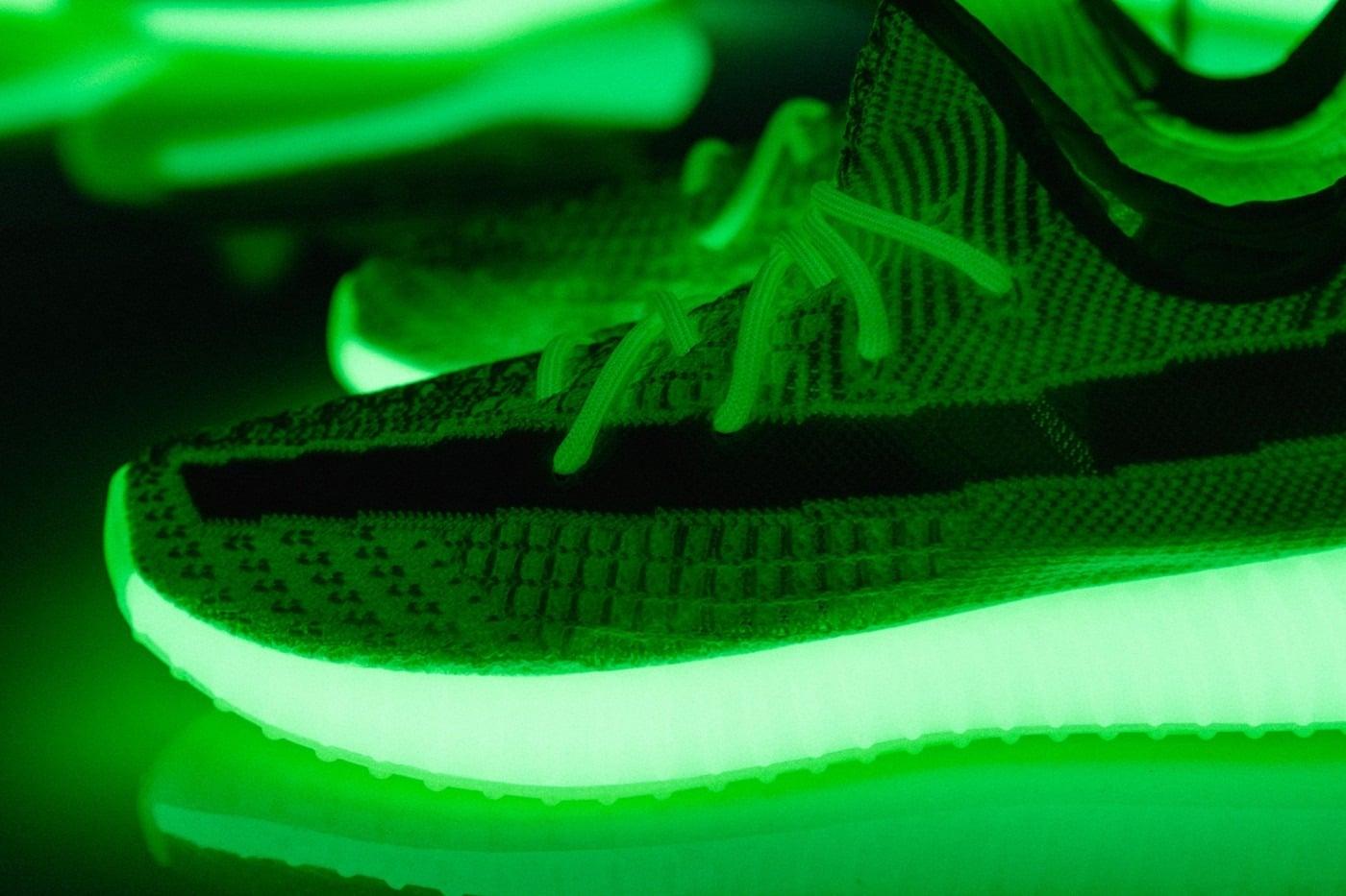 Le coloris «Glow-In-The-Dark» de la YB 350 V2 scintille dans le noir.